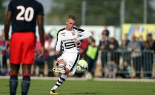 Attention, David Beckham s'apprête à marquer sur coup franc contre Caen.