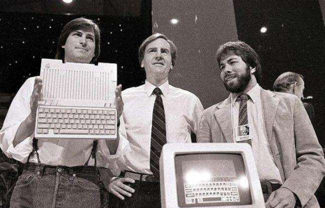 De gauche à droite: Steve Jobs, John Sculley et Steve Wozniak, présentent l'Apple II, le 24 avril 1984.