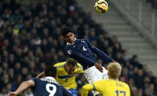 Le défenseur de l'équipe de France Raphael Varane face à la Suède, le 18 novembre 2014