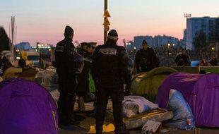 Des policiers et gendarmes évacuent le camp de migrants installé sous le métro aérien près de la station Salingrad, à Paris le 2 mai 2016