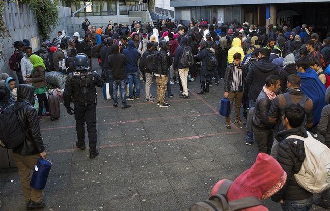 Un gendarme patrouille dans la cours du lycée ou sont en train d'être entasses les réfugiés avant de procéder a leurs évacuation, le 04 mai 2016.