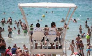 Dimanche de baignade avec une météo idéale sur la plage des catalans à Marseille. Des maitres nageurs sauveteurs de la ville de Marseille