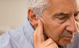 La perte d'audition ne doit pas être négligée, car elle aboutit à l'isolement social, et est associée au déclin cognitif