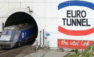 Un train sortant du tunnel sous la manche, détenu par le groupe Eurotunnel, à Coquelles (Pas-de-Calais) le 10 avril 2014