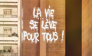 A Marseille, le street-artiste Philippe Echaroux projette les mots des jeunes de Felix Pyat sur les barres d'immeubles de la cité.
