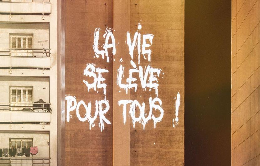 Marseille : Le street artiste Philippe Echaroux projette les mots (très positifs) des jeunes de la cité Félix-Pyat