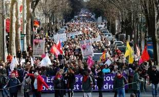"""Plusieurs milliers de femmes et d'hommes ont manifesté samedi à Paris et dans plusieurs villes de France pour défendre le droit """"fondamental"""" à l'avortement en Espagne, en soutien au défilé organisé à Madrid."""