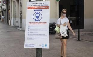 Une femme porte un masque à Cannes.