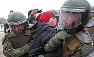 Un étudiant arrêté par des policiers lors de manifestations à Santiago du Chili, le 4 août 2011.