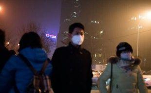 Des piétons dans la pollution de Pékin le 30 novembre 2015