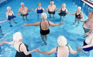 Un cours d'aquagym pour seniors.