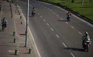 """Quelque 1,5 million de véhicules sont restés au garage jeudi à Bogota à l'occasion de la 12e édition de la journée """"sans voiture"""" organisée par les autorités dans la capitale colombienne habituellement polluée par d'immenses embouteillages."""