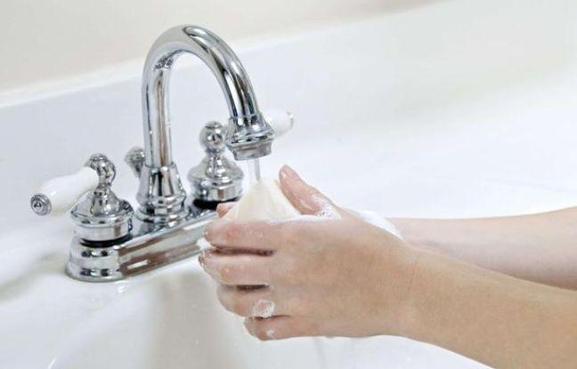 Un enfant se lave les mains.