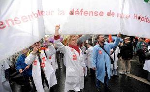Les personnels hospitaliers manifestent à Paris contre la loi Bachelot et pour la défense du service public hospitalier, le 14 mai 2009.