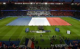Un drapeau géant déployé au Parc des Princes accompagné de La Marseillaise et une minute de silence, le 28 novembre 2015