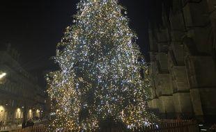 Le traditionnel arbre de Noël de la place Pey-Berland à Bordeaux