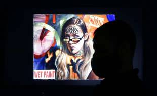 Une personne regardant une œuvre dématérialisée dans le nouveau musée new-yorkais dédié aux productions « NFT ».