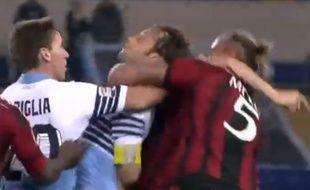 Le défenseur français du Milan AC Philippe Méxès lors d'une rixe avec Mauri (Lazio de Rome), le 24 janvier 2015.