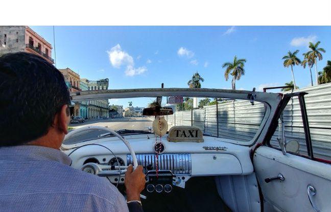 En taxi dans les rues de La Havane (format grand angle).