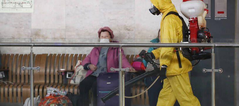 La ville de Moscou a ordonné mardi ses premières restrictions sanitaires depuis l'été, face à une nouvelle envolée des cas de Covid-19.