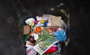 Et si avec les fruits invendus, on faisait des confitures ? Et si une camionnette venait récupérer chez nous les aliments qu'on ne consommera pas pour les donner aux associations ? Le gouvernement a présenté jeudi des initiatives concrètes de lutte contre le gaspillage.