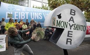 Des manifestants protestent contre le rachat de Monsanto par Bayer en 2017.