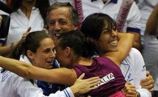 L'Italie est bien partie pour conserver son titre de la Fed Cup au détriment des Etats-Unis dimanche à San Diego, après le succès facile samedi de Francesca Schiavone sur Coco Vandeweghe et celui plus compliqué de Flavia Pennetta sur Bethanie Mattek-Sands.