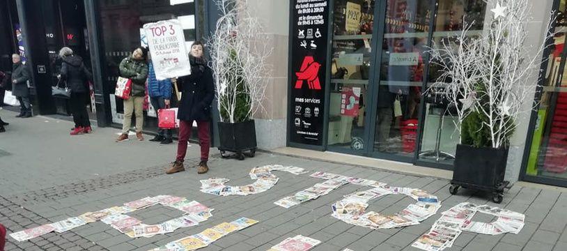 Des militants strasbourgeois ont déposé des prospectus devant un supermarché pour l'encourager à faire respecter les stop pub sur les boîtes aux lettres des habitants.