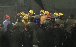 Une centaine de survivants ont été remontés d'une mine dans le nord de la Chine, huit jours apès l'inondation de la mine.