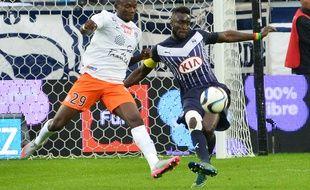 Lamine Sané (à d.) à la lutte avec Casimir Ninga, le 18 octobre 2015 lors de Bordeaux-Montpellier.