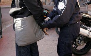 Deux papys cambrioleurs de 66 et 70 ans ont été interpellés par la police à Paris à la sortie d'un immeuble où ils venaient de visiter un appartement. (Illustration)