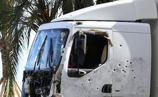 Le camion criblé de balles qui a servi à faire l'attentat à Nice, le 14 juillet 2016