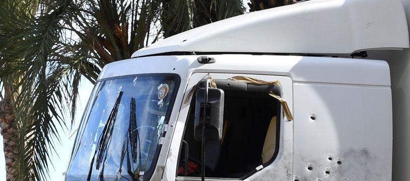Le camion criblé de balles qui a servi à faire l'attentat à Nice, le 14 juillet 2016. / AFP PHOTO / BORIS HORVAT