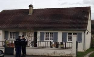 Des gendarmes devant le domicile des parents de Ludivine, disparue depuis le 29 janvier 2013, à Pernant.