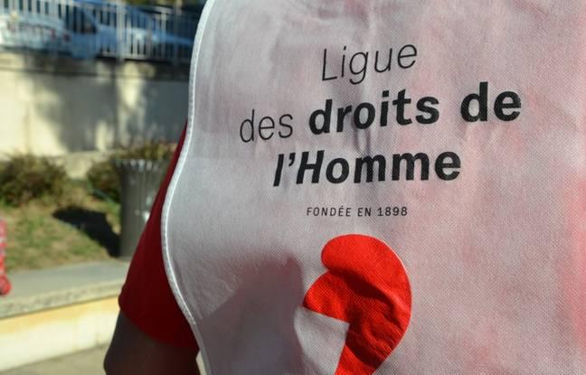 Un gilet siglé de la Ligue des droits de l'homme porté par un militant à Montpellier, ce mardi matin, devant le tribunal