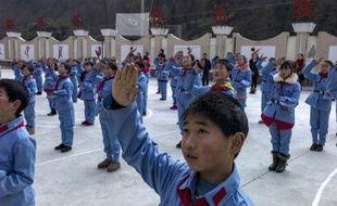 Des écoliers en uniforme de l'Armée rouge à Beichuan, le 21 janvier 2015