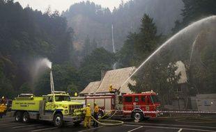 Les pompiers en pleine action pour tenter d'éteindre l'incendie qui ravage la zone naturelle d'Eagle Creek, aux États-Unis, le 6 septembre 2017.