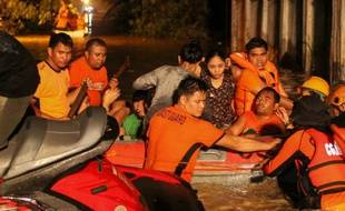 Des secouristes viennent en aide aux sinistrés de la tempête tropicale qui a touché les Philippines, ici à Davao, le 23 décembre 2017