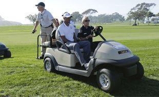 Touché au dos, Tiger Woods a quitté l'Open de Torrey Pines à bord d'une voiturette, le 5 février 2015.