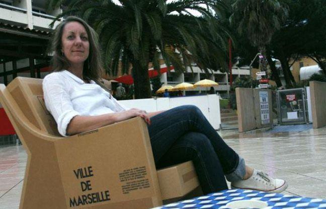 Miss Julia pose dans une de ses créations à base de carton.