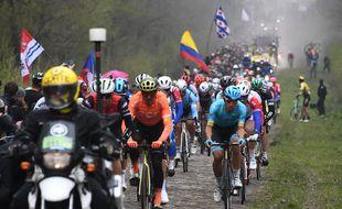 Le coureurs de Paris-Roubaix dans la trouée d'Arenberg, le 14 avril 2019.