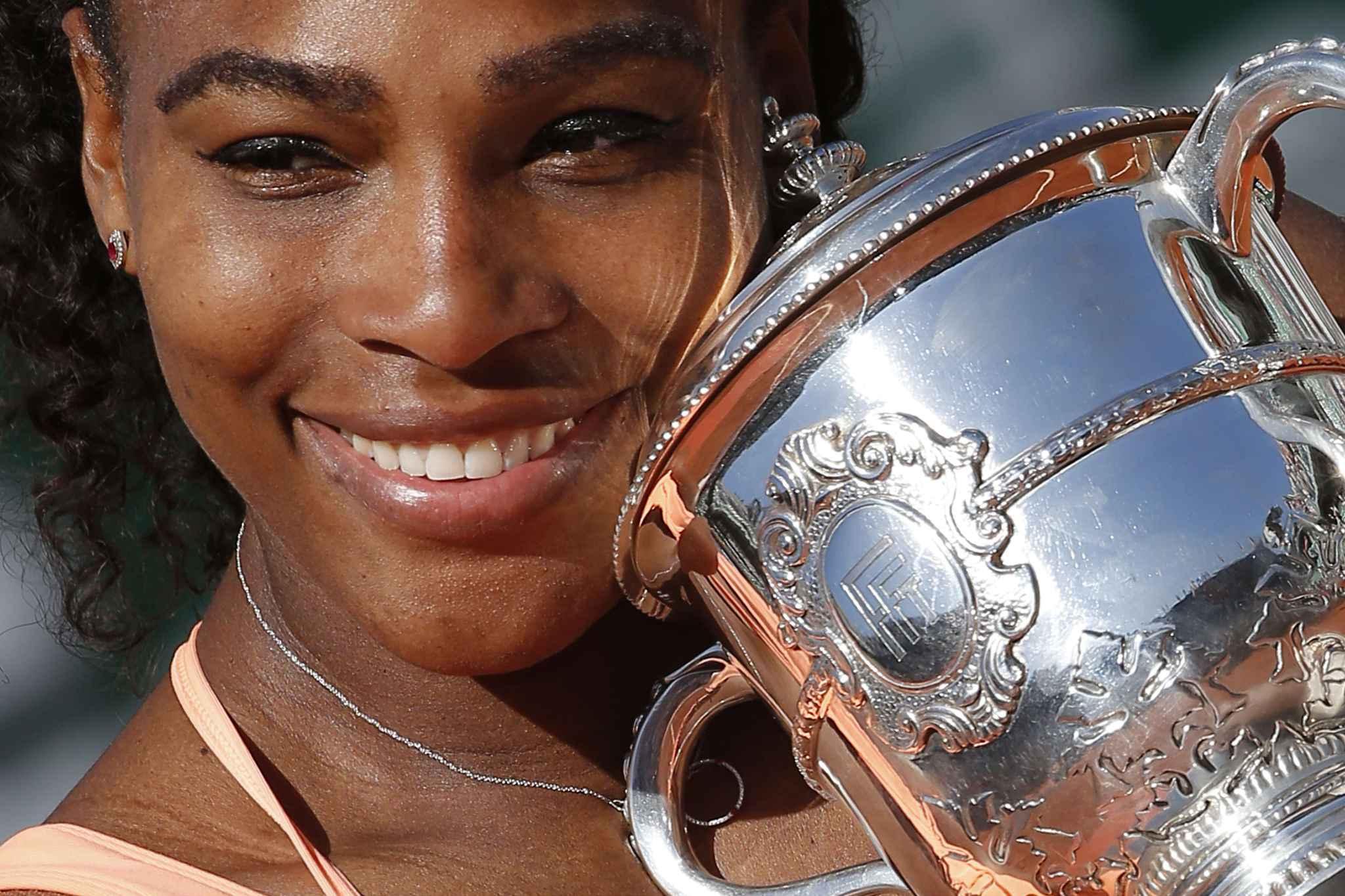 <b>Roland-Garros</b>: «Je me suis dit que j&#39;allais perdre», avoue Serena Williams - 2048x1536-fit_serena-williams-victorieuse-roland-garros-tient-20e-trophee-grand-chelem-carriere-mains-6-juin-2015