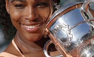 Serena Williams, victorieuse à Roland-Garros, tient le 20e trophée du Grand Chelem de sa carrière dans ses mains, le 6 juin 2015.
