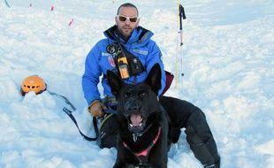 Falco, chien de trois ans, et son maître, Thierry, de la CRS-Alpes.