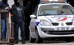 Des policiers lors d'une opération antiterroriste en Ile-de-France, le 10 octobre 2012.