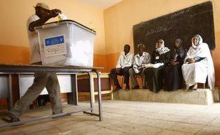 Un soudanais vote à Khartoum, le 16 avril 2015