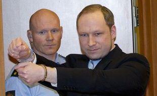 """L'extrémiste de droite Anders Behring Breivik, auteur des attaques qui ont fait 77 morts l'an dernier en Norvège, a été formellement accusé d'""""acte de terrorisme"""" et d'""""homicides volontaires"""" mercredi par le Parquet."""