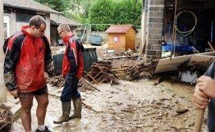 Les orages qui ont touché la Drôme et l'Ardèche samedi en milieu de journée ont provoqué des coulées de boue qui ont entraîné l'évacuation à titre préventif de plusieurs centaines de personnes et la coupure de nombreuses routes, a-t-on appris auprès des deux préfectures.
