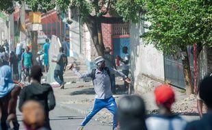 Tension accrue dans le quartier de Cité Soleil, après la mort d'un homme dont le meurtrier présumé a été lapidé à mort par des manifestants opposés au gouvernement, à Port-au-Prince, en Haïti, le 27 octobre 2019.