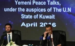 Le médiateur de l'ONU pour le Yémen, Ismaïl Ould Cheikh Ahmed (g), et le porte-parole de l'ONU Charbel Raji, à Koweït le 22 avril 2016